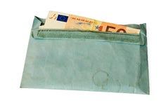 Geld in envelop, die op wit wordt geïsoleerdr Stock Afbeeldingen
