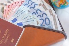 Geld euro bankbiljetten, portefeuille, bol en paspoort Royalty-vrije Stock Afbeeldingen