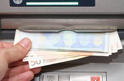 Geld in EURO bankbiljetten van ATM Royalty-vrije Stock Afbeeldingen