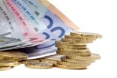 Geld euro coints en bankbiljetten op wit Stock Foto's