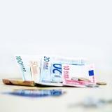 Geld euro muntstukken en bankbiljetten op witte achtergrond in vierkant Royalty-vrije Stock Afbeelding