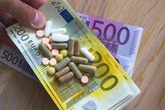 Geld für Medizin stockfoto