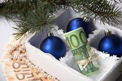 Geld für Weihnachten Stockfotografie