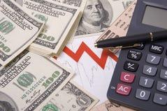 Geld, Feder, Diagramm und Rechner Stockbild