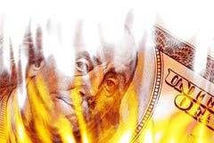 Geld in Flammen in den Flammen Stockbilder