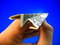 Geld-Flugzeug in der Hand Lizenzfreie Stockfotos