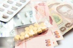 Geld gegen medizinische Gebühr, medizinische Gebühr für das Leben Lizenzfreie Stockbilder