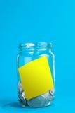 Geld-Glas mit Anmerkung Stockfotos