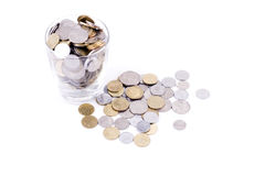 Geld in Glas voll von Münzen Stockfotos
