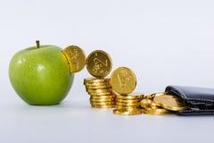 Geld in grünen Apfel Lizenzfreie Stockbilder