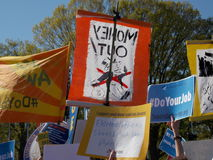 Geld heraus und tun Ihren Job Protest Signs Stockbild