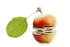Geld in het midden van een appel Stock Fotografie
