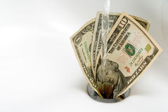 Geld hinunter den Ablaß Stockbild