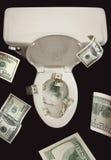 Geld hinunter die Toilette Stockfotos