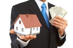 Geld of huis stock afbeeldingen