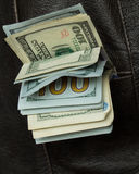 Geld in Ihrer Taschenwestennahaufnahme Stockfotografie