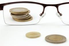 Geld im Fokus - Münzen und Gläser Stockfotos