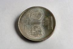 Geld im glänzenden silbernen Kasten auf dem Tisch Euromünzenaktien aus verschiedenen Ländern Stockfoto