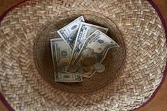 Geld im Hut Lizenzfreies Stockbild
