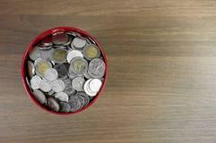 Geld im roten Eimer Stockfoto