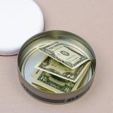 Geld im runden Zinn Lizenzfreies Stockfoto