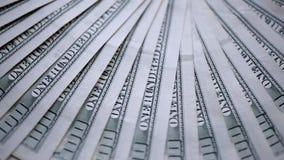 Geld ist auf einer drehenden Tabelle stock video footage