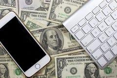 Geld, Karten und Bewegung des Bargeldes Lizenzfreie Stockfotos