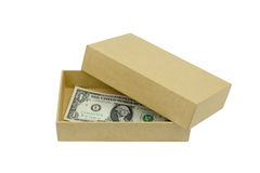geld in kartondoos op witte backgdround wordt geïsoleerd die Royalty-vrije Stock Foto