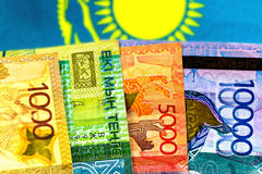 Geld-Kasachstan-Tenge auf dem Hintergrund der Flagge Stockbild