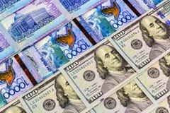 Geld-Kasachstan-Tenge auf dem Hintergrund der Flagge stockfotos