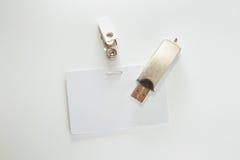 Geld, kenteken en USB flitsaandrijving Stock Fotografie