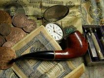 Geld, klok en pijp royalty-vrije stock foto's
