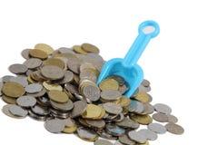 Geld-Konzept-Münzen mit Schaufel Stockbild