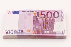 Geld- lokalisierter Stapel von fünfhundert Eurorechnungsbanknoten mit weißem Hintergrund Stockfotos