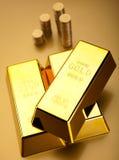 Geld, Münzen und Gold, umgebendes Finanzkonzept lizenzfreie stockfotografie
