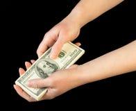 Geld in menselijke handen stock afbeeldingen