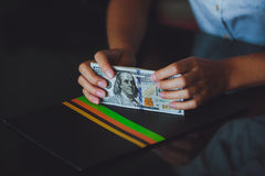 Geld in menselijke handen, vrouwendollars Stock Foto