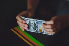 Geld in menselijke handen, vrouwendollars Stock Fotografie