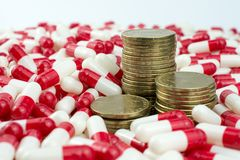 Geld met geneeskundepillen of capsules royalty-vrije stock fotografie