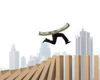 Geld met menselijke benen die op dalende houten domino's lopen Royalty-vrije Stock Fotografie