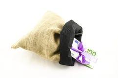 Geld met roze boog in jutezak Stock Fotografie
