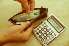 Geld met zwarte portefeuille op de houten lijst Het behandelen van geld Stock Foto