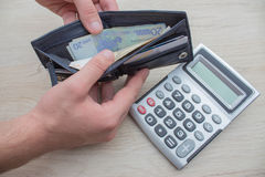 Geld met zwarte portefeuille op de houten lijst Het behandelen van geld Royalty-vrije Stock Foto