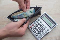 Geld met zwarte portefeuille op de houten lijst Het behandelen van geld Stock Fotografie