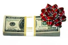 Geld mit einem Bogen als Geschenk Stockbilder