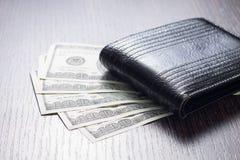 Geld mit lederner Geldbörse auf Tabelle Lizenzfreies Stockfoto