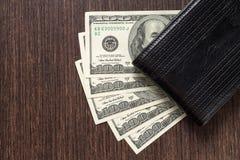 Geld mit lederner Geldbörse auf Tabelle Lizenzfreie Stockfotos