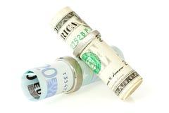 Geld mit Ringen einer Hochzeit Lizenzfreie Stockbilder