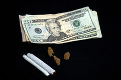 Geld mit Topf auf Schwarzem Stockfoto