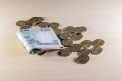 Geld, muntstukken en nota's over houten lijst royalty-vrije stock afbeelding